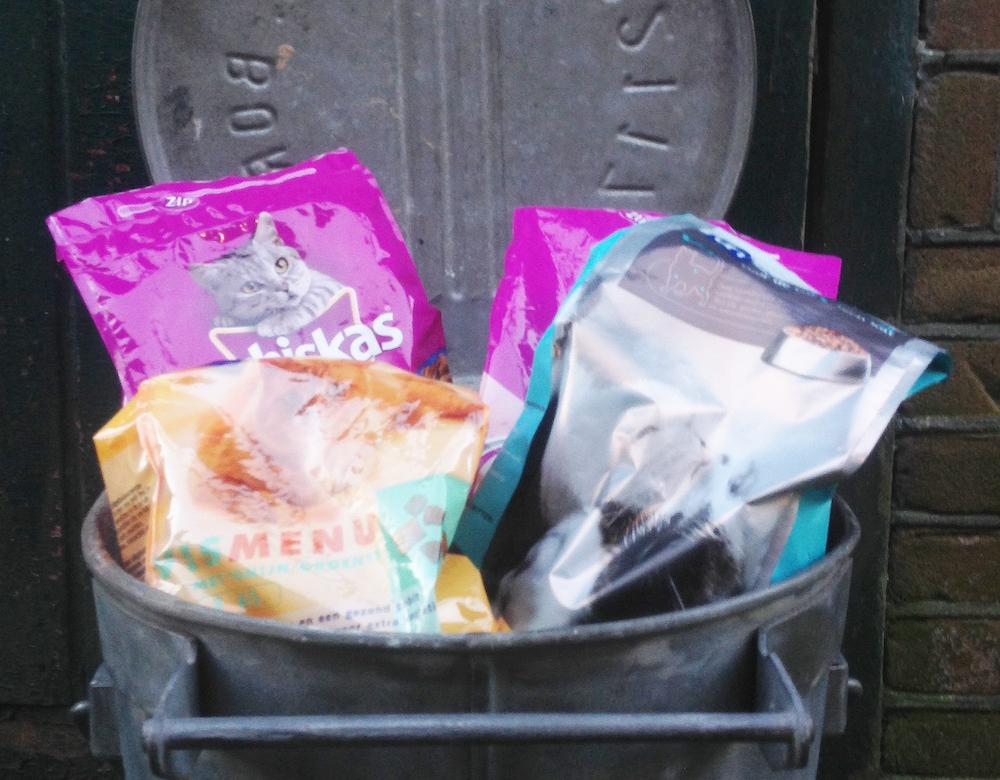 De zinken vuilnisbak  als bewaaremmer voor kattenvoer
